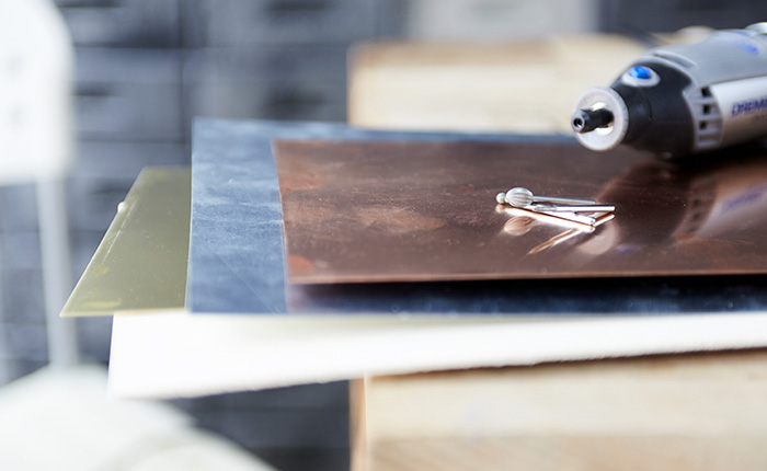 Materialen zoals leer en zachte metalen, bijv. messing en koper, zijn gemakkelijker te graveren.