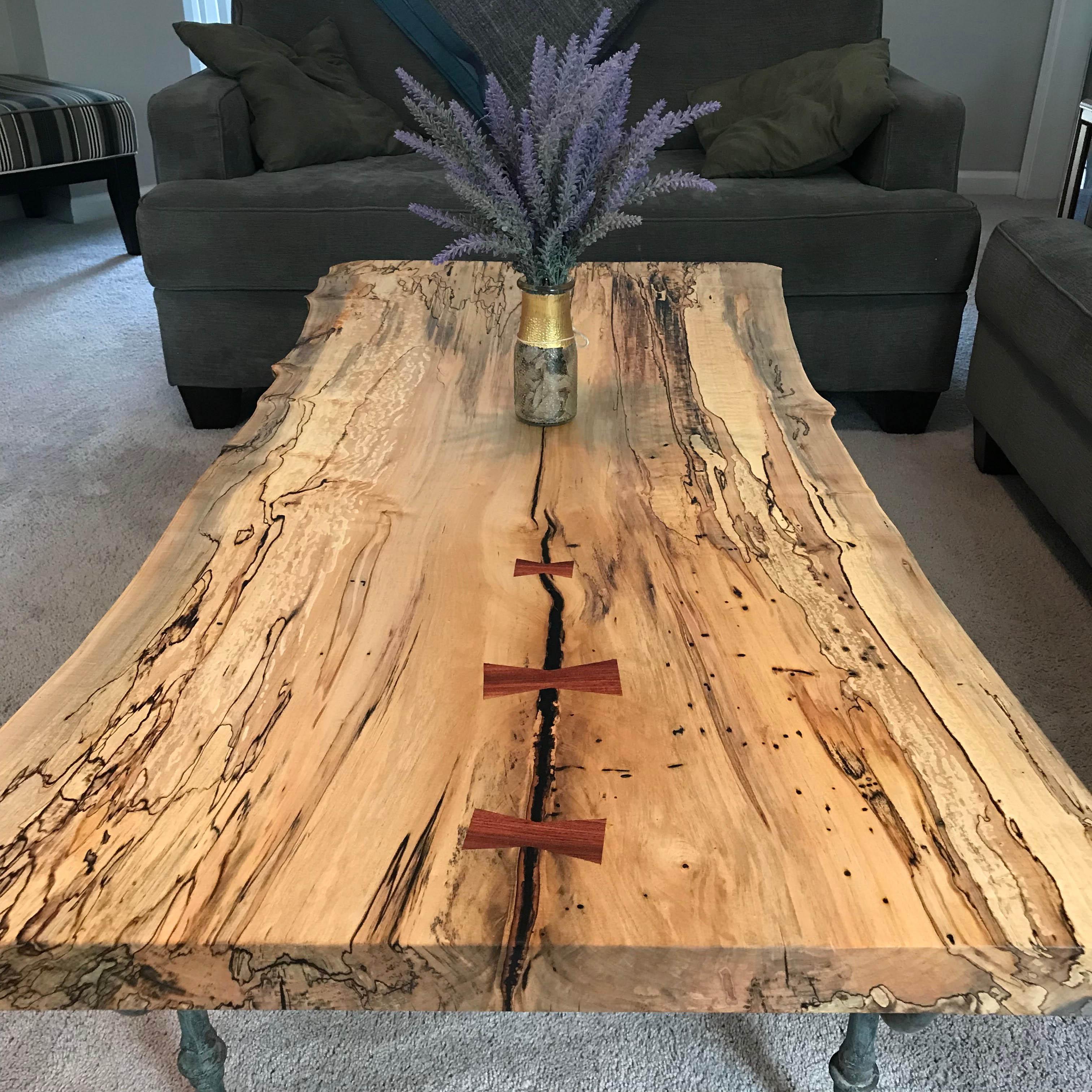 Idée de bricolage: personnalisez votre plateau de table avec une incrustation en bois ou en métal.