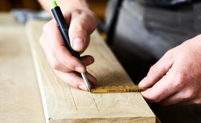 Teken de gewenste locatie voor de groef in je zwevende plank