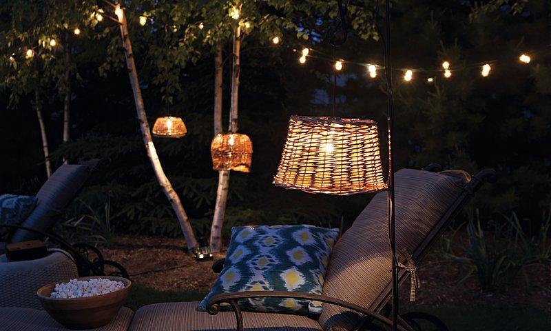 Upcycle een oude mand tot een gezellige lampenkap voor in de tuin.