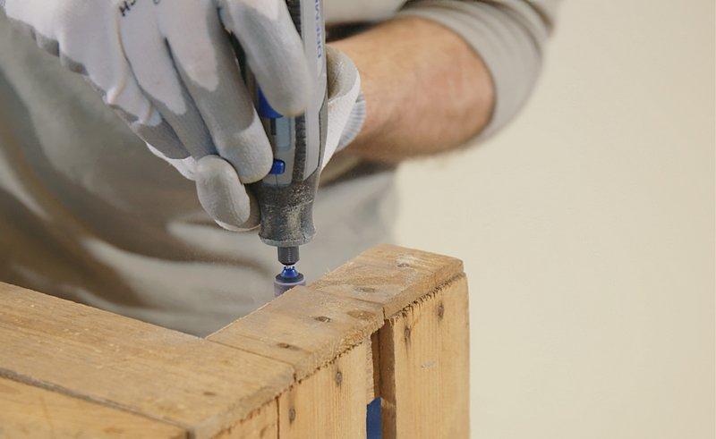 Le polissage du bois coupé se fait sans effort avec l'outil multi-usage Dremel, le mandrin de ponçage EZ SpeedClic et une bande de ponçage.