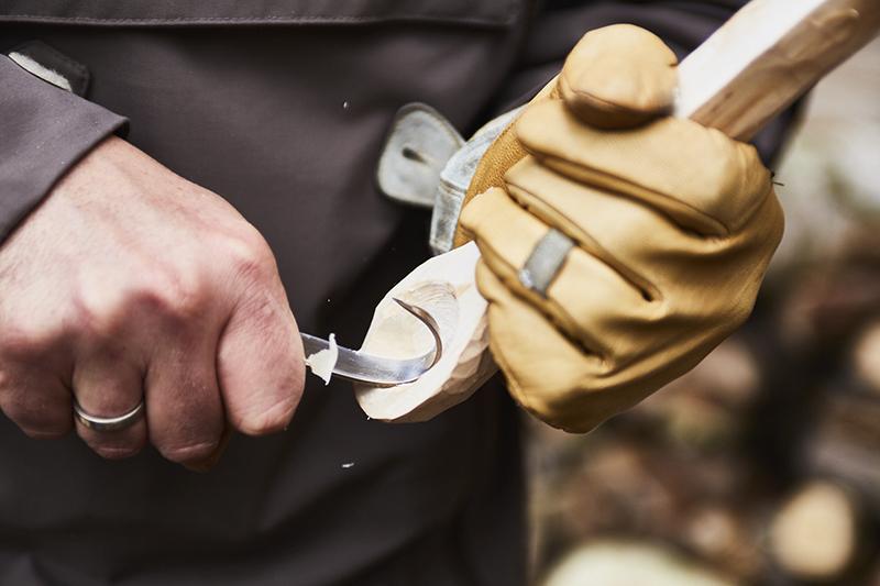 Utiliser un couteau croche pour creuser les deux cercles.