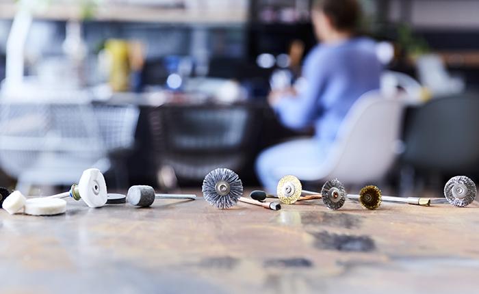 Wähle die passenden Zubehörteile für das Reinigen und Polieren je nach Materialart und Projekt aus.