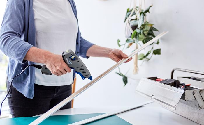 Mit einer Klebepistole kannst du Sockelleisten anbringen und andere einfache Reparaturen durchführen.