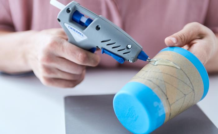 Wähle beim Arbeiten mit farbigem Kleber eine Klebepistole mit zwei Temperatureinstellungen wie die Dremel Klebepistole 930.
