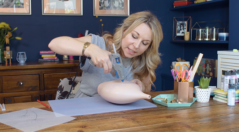 Sieh dir den Meisterkurs der Raumgestalterin Emily Dawe zum Thema Kleben an, und lass dich von ihren kreativen Ideen inspirieren.