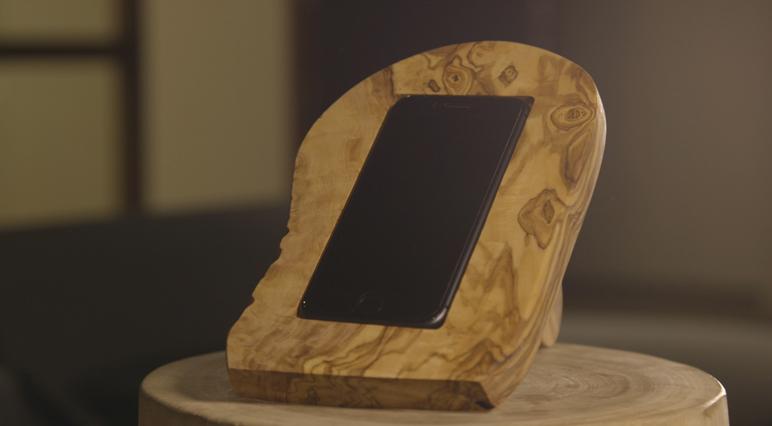 Upcycling eines Schneidebretts aus Holz zu einem drahtlosen Handy-Ladegerät.