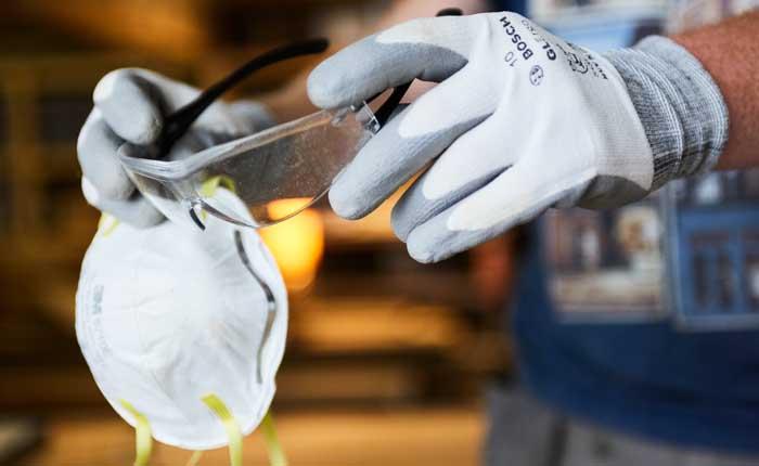 Handschuhe und Schutzbrille sind beim Fräsen unverzichtbar