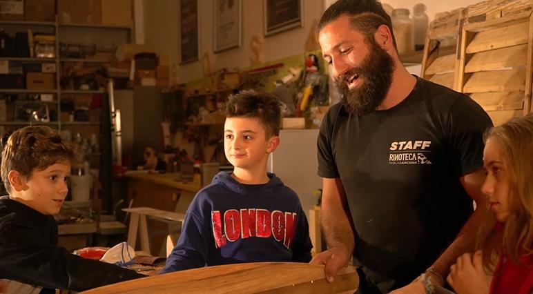 """Claudio Rinaldi ist Gründer des kreativen FabLabs """"Rinoteca"""" und arbeitet schon sein Leben lang mit Holz."""