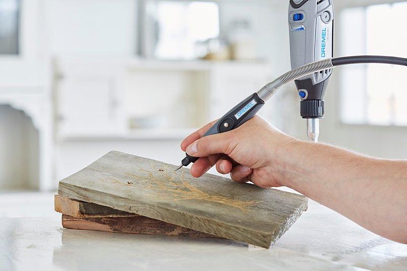 Mit der biegsamen Welle von Dremel kannst du dein Werkstück aus schwierigen Winkeln bearbeiten.