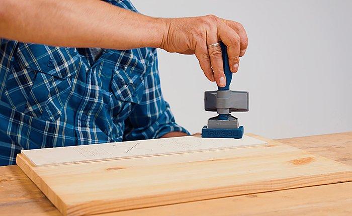 Bevor du dein Dremel Multifunktionswerkzeug einschaltest, musst du dein Werkstück gut an der Werkbank fixieren.