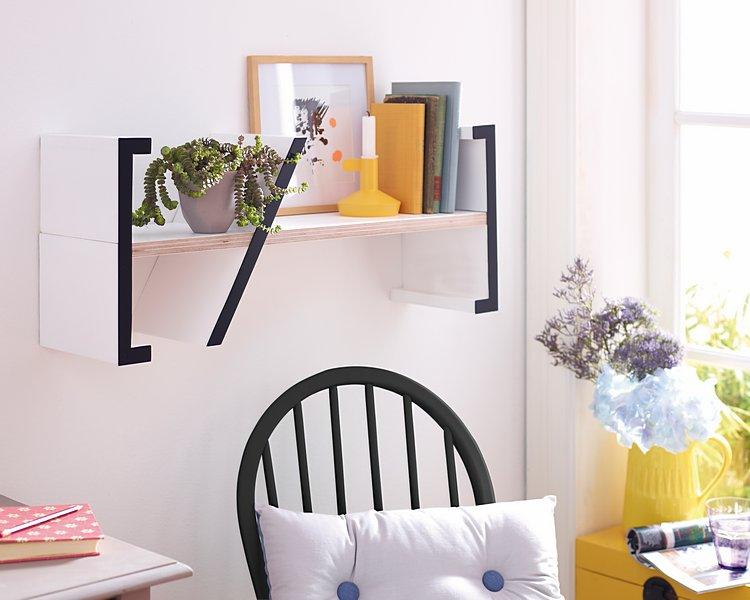 DIY-Idee: Verschönere dein Home Office mit diesem Buchregal als Blickfang.