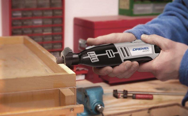 Holz im richtigen Winkel zu schleifen, wird mit Dremels Kit 8220 zum Kinderspiel.