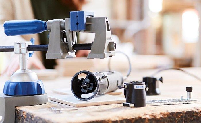 Um beim Upcycling präziser zu arbeiten, kannst du dein Werkstück in einen Schraubstock wie den Dremel 3-in-1 Multi-Schraubstock (2500) spannen.