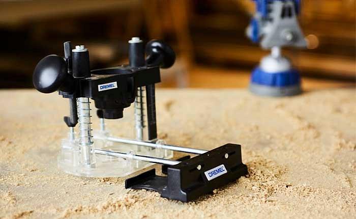 Mit dem Oberfräsen-Vorsatzgerät kannst du gerade Linien, Kreise oder freihändig fräsen.
