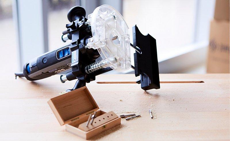 Eine mit dem Dremel Multifunktionswerkzeug, einem Frässtift und dem Oberfräsen-Vorsatzgerät (335) gefräste Nut fungiert auf deinem selbstgemachten Schreibtisch als Tablet-Halter.