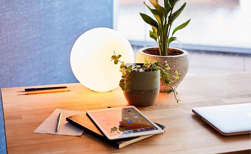 Die runden Objekte auf diesem Schreibtisch bringen freundliches, positives Flair in dein Home Office.