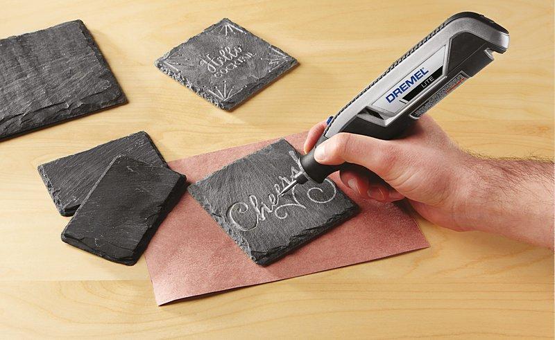 Das Upcycling alter Schiefertafeln zu trendigen Untersetzern macht mit einer Dremel Lite und einem Diamantschleifstift richtig Spaß.