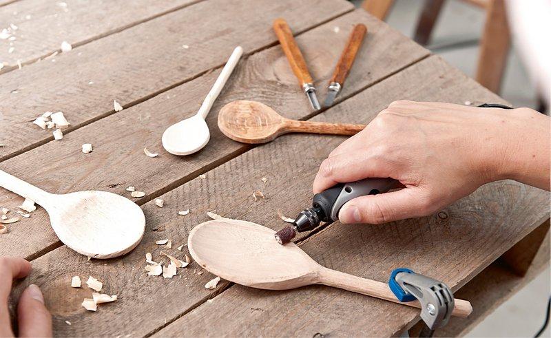 Die Glättung und Endbearbeitung deiner Upcycling-Projekte wird mit Dremels Schleifband (438) zum Kinderspiel.