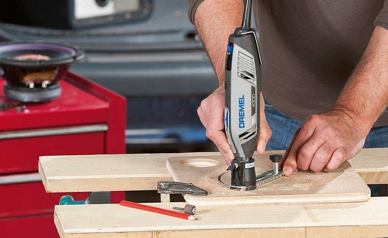 Mit Dremels Kreis- und Parallelschneider (678) kannst du perfekte Kreise aus Holz, Laminat oder Trockenmauern ausschneiden.
