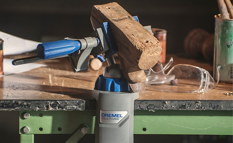 Um beim Upcycling präziser zu arbeiten, kannst du das Werkstück in einen Schraubstock wie den Dremel 3-in-1 Multi-Schraubstock (2500) spannen.