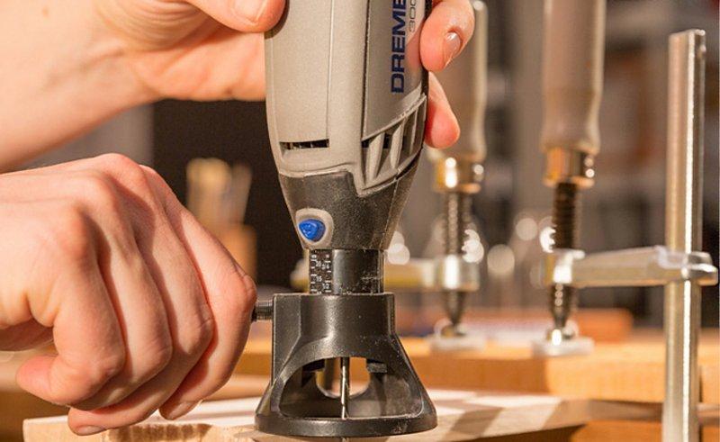 Mit Dremels Mehrzweck-Fräsvorsatz (565) hast du volle Kontrolle über alle Fräsarbeiten, die du beim Upcycling durchführen möchtest.