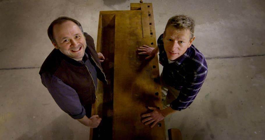 Alex und Mike, zwei Menschen schauen nach oben