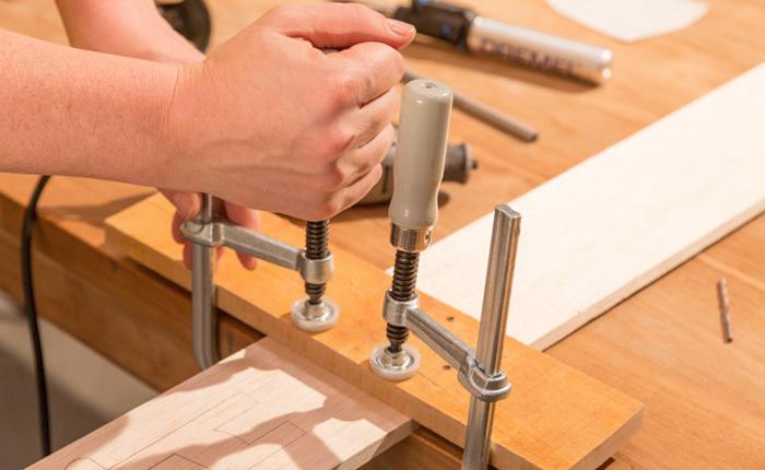 Træstykket skal være spændt fast, mens du skærer.