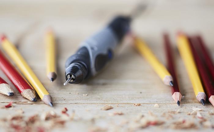 Al sujetar la herramienta Dremel como un lápiz tendrá el máximo control sobre ella.