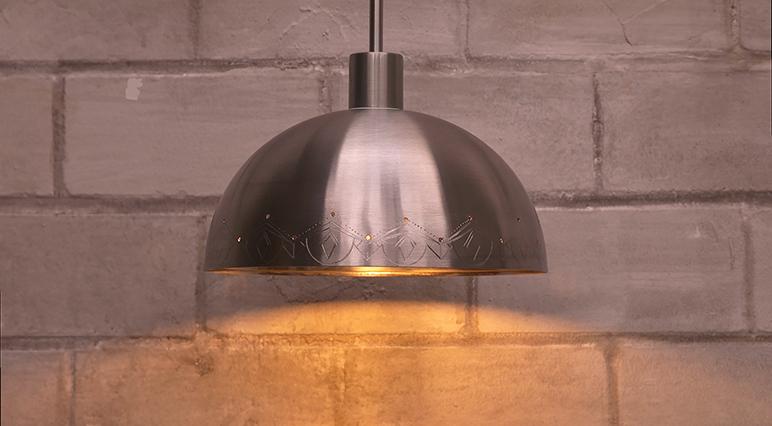 Una sencilla ensaladera puede convertirse en una lámpara colgante grabándola con una multiherramienta Dremel.