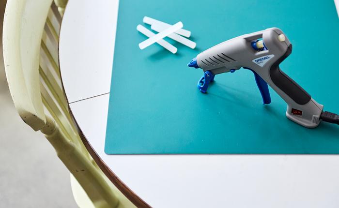 Asegúrate de tener todos los materiales esenciales de pegado listos: la almohadilla de pegamento, la pistola de pegar y las barras de pegamento.