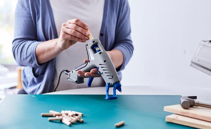 Nunca saques una barra de pegamento que está a medio usar de la pistola de pegar DREEL cuando aún está caliente.