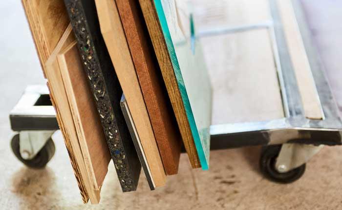 La madera blanda, el plexiglás y la goma son materiales fantásticos para una fresadora de mano