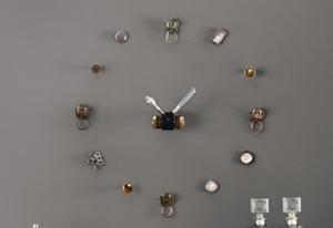 Añade un toque personal a tu despacho en casa con este ingenioso reloj de pared.