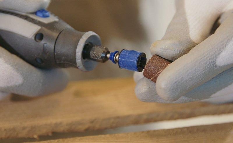 Cambiar las bandas de lija es sencillo con el sistema EZ SpeedClic de Dremel.