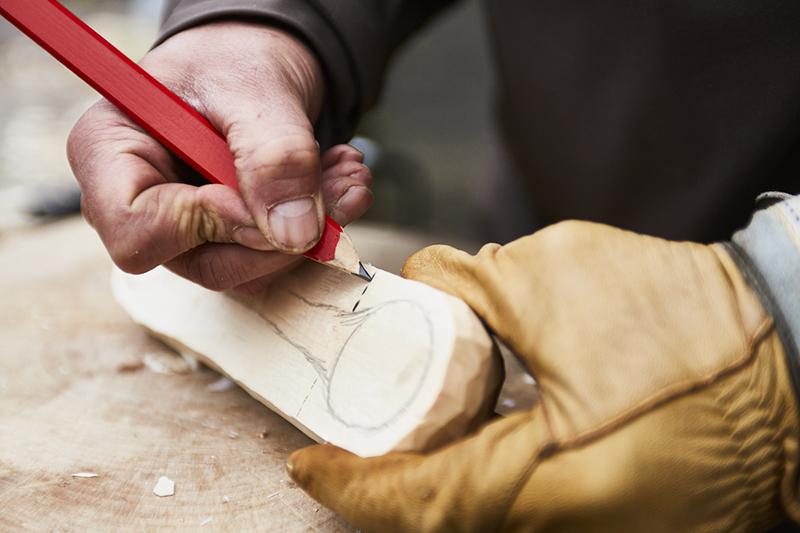 Dessiner la forme de la cuillère sur le bois.