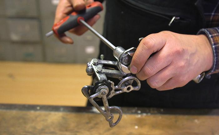Remontez les pièces du dérailleur en procédant dans l'ordre inverse et en faisant particulièrement attention aux poulies.