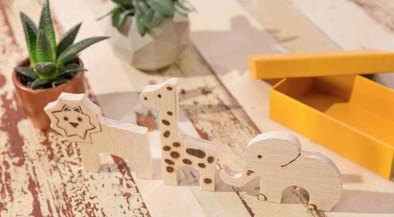 Bricolage: Découpe d'animaux à partir de chutes de bois.