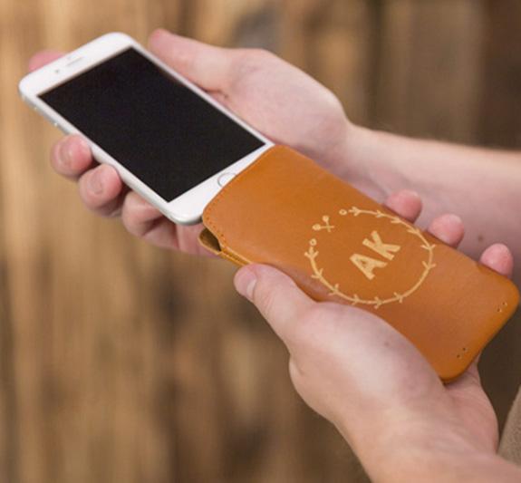 À vous de jouer : gravure d'une housse de téléphone en cuir.