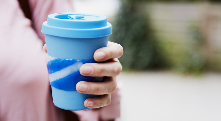 DIY: Fabriquez votre manchon réutilisable de gobelet à café avec un pistolet à colle