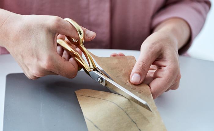 Découpez grossièrement la forme du manchon pour votre gobelet à café réutilisable.