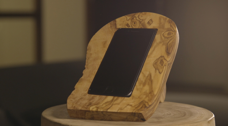 Prenez votre défonceuse et transformez une planche à découper en chargeur de téléphone sans fil