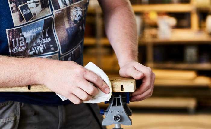 Recouvrez votre étagère à fixation invisible avec une couche de peinture, de la cire d'abeille ou de la laque