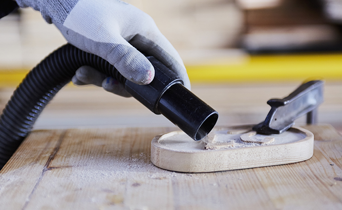 Vous voulez changer pour un papier de verre plus rugueux? Tout commence par une surface propre et sèche (pas de sciure de bois!).