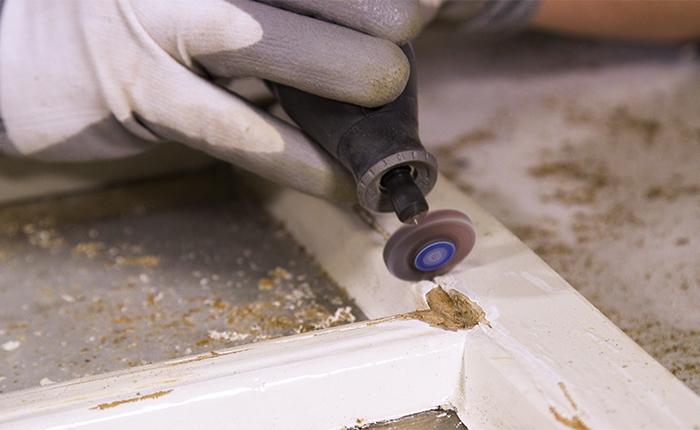 Ponçage des surfaces creusées avec un polissoir à lamelles Dremel.
