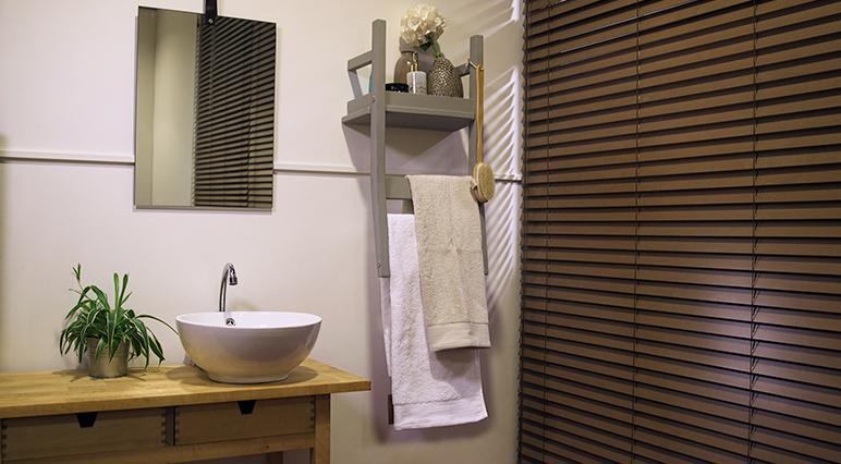 Découvrez comment métamorphoser une vieille chaise en un élégant porte-serviette avec étagère de salle de bains