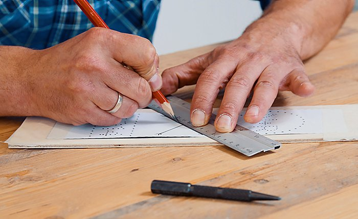Pour personnaliser un coffret à vin, créez un motif sur le couvercle à l'aide d'un poinçon et d'un marteau.
