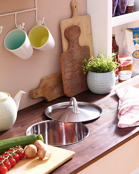 Upcycler une casserole en un bac pour faciliter le recyclage des déchets organiques.