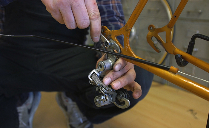Before removing the derailleur, first unthread the bike's chain.