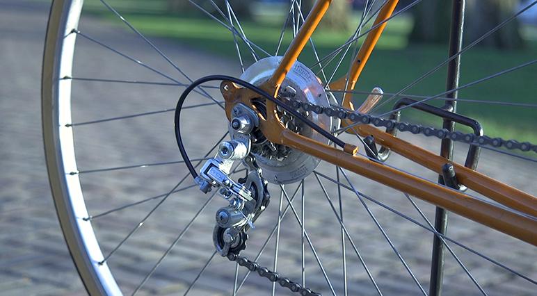 A kerékpár hátsó váltójának tisztítása és polírozása